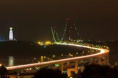 Έκθεση γεφυρών της Λισσαβώνας Απρίλιος μακροχρόνια τη νύχτα Στοκ Εικόνες