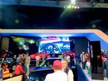 Έκθεση σε Corferias Η αίθουσα εκθεμάτων αυτοκινήτων γνωστή επίσης ως σαλόνι del automovil ` ` όπου οι επισκέπτες βλέπουν Στοκ εικόνες με δικαίωμα ελεύθερης χρήσης