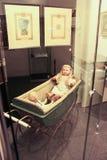 Έκθεση της παλαιάς κούκλας σε έναν περιπατητή Στοκ εικόνα με δικαίωμα ελεύθερης χρήσης