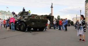 Έκθεση του στρατιωτικού εξοπλισμού στη πλατεία της πόλης απόθεμα βίντεο