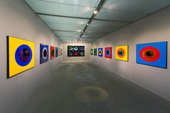 Έκθεση των αφηρημένων ζωηρόχρωμων έργων ζωγραφικής κατά τη διάρκεια της ανοίγοντας τέχνης Μόσχα Στοκ φωτογραφία με δικαίωμα ελεύθερης χρήσης