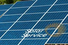 Έκθεση υπαίθρια ενεργειακές ανανεώσιμ&epsilon επιτροπή ηλιακή Το κεντρικό τετράγωνο της πόλης Στοκ εικόνα με δικαίωμα ελεύθερης χρήσης