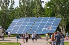 Έκθεση υπαίθρια ενεργειακές ανανεώσιμ&epsilon επιτροπή ηλιακή Το κεντρικό τετράγωνο της πόλης Στοκ Φωτογραφίες