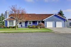 Έκκληση ένα συγκρατήσεων αμερικανικό σπίτι επιπέδων με την μπλε και άσπρη περιποίηση Στοκ εικόνες με δικαίωμα ελεύθερης χρήσης
