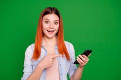 Έκπληκτες οι πορτρέτο εντυπωσιασμένες σπουδαστής απίστευτες ειδήσεις αγγελιών ανατροφοδοτούν τη συσκευή χρήσης συμβουλεύουν ότι α στοκ φωτογραφία