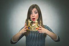 Έκπληκτη γυναίκα με τη χρυσή κορώνα Πρώτη έννοια θέσεων Στοκ φωτογραφία με δικαίωμα ελεύθερης χρήσης