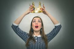 Έκπληκτη γυναίκα με τη χρυσή κορώνα Πρώτη έννοια θέσεων Στοκ εικόνα με δικαίωμα ελεύθερης χρήσης