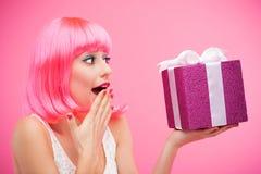 Έκπληκτη γυναίκα που λαμβάνει το δώρο στοκ φωτογραφίες