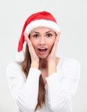 Έκπληκτη γυναίκα Χριστουγέννων που φορά ένα καπέλο santa στοκ εικόνες