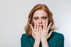 έκπληκτη γυναίκα Όμορφο κορίτσι με τη σγουρή τρίχα, που απομονώνεται στο άσπρο υπόβαθρο Εκφραστικές εκφράσεις του προσώπου Στοκ φωτογραφία με δικαίωμα ελεύθερης χρήσης