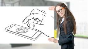 Έκπληκτη χαμογελώντας νέα γυναίκα που φορά ένα κοστούμι και που εξετάζει ένα σκίτσο cryptocurrency σε έναν επίπεδο τοίχο σχεδίου  στοκ εικόνες