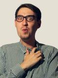 Έκπληκτος αστείος νεαρός άνδρας που φορά τα γυαλιά Στοκ Εικόνα