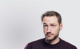 Έκπληκτος νεαρός άνδρας που ανατρέχει Στοκ εικόνα με δικαίωμα ελεύθερης χρήσης