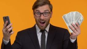 Έκπληκτο άτομο που χρησιμοποιεί μόνο το smartphone app για να πάρει το δάνειο, εύκολη πίστωση χρημάτων φιλμ μικρού μήκους