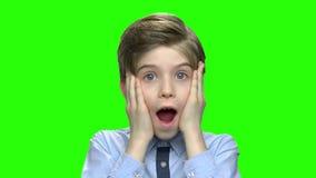 Έκπληκτο αγόρι σχετικά με τα μάγουλά του φιλμ μικρού μήκους