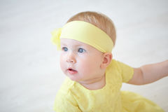 Έκπληκτο μικρό κορίτσι στο κίτρινο φόρεμα Στοκ φωτογραφία με δικαίωμα ελεύθερης χρήσης
