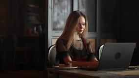 Έκπληκτο πρόσωπο γυναικών που εξετάζει την οθόνη lap-top Κλείστε επάνω των συγκινημένων σε απευθείας σύνδεση ειδήσεων ρολογιών γυ απόθεμα βίντεο