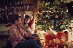 Έκπληξη Χριστουγέννων από το shinny δέντρο στοκ φωτογραφία με δικαίωμα ελεύθερης χρήσης