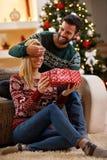 Έκπληξη Χριστουγέννων στο μεγάλο κιβώτιο Στοκ εικόνα με δικαίωμα ελεύθερης χρήσης