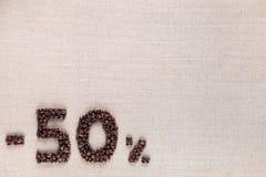 50% έκπτωση από το ευθυγραμμισμένο κατώτατο σημείο φασολιών καφέ που αφήνεται στοκ φωτογραφία με δικαίωμα ελεύθερης χρήσης