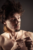 Έκπληκτα άτομο απανθρακωμένα καλώδια Στοκ φωτογραφίες με δικαίωμα ελεύθερης χρήσης