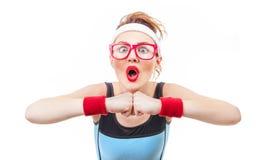 Έκπληκτη αστεία γυναίκα ικανότητας έτοιμη για τη γυμναστική Στοκ Φωτογραφία