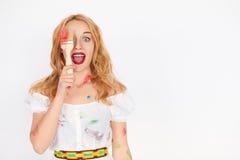 Έκπληκτη γυναίκα που κρατά μια βούρτσα χρωμάτων Στοκ εικόνα με δικαίωμα ελεύθερης χρήσης