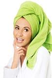 Έκπληκτη γυναίκα στο μπουρνούζι και πετσέτα στο κεφάλι Στοκ εικόνα με δικαίωμα ελεύθερης χρήσης