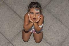 Έκπληκτη κορίτσι έκφραση και ουράνιο τόξο προσώπου που χρωματίζονται Υψηλή γωνία Στοκ Εικόνα