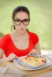 Έκπληκτη πίτσα μέτρων γυναικών με την ταινία μέτρου Στοκ φωτογραφία με δικαίωμα ελεύθερης χρήσης