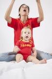 Έκπληκτοι ανεμιστήρες ποδοσφαίρου μωρών και μητέρων ισπανικοί Στοκ Εικόνες