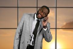 Έκπληκτος μαύρος με το τηλέφωνο Στοκ Φωτογραφία