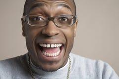 Έκπληκτος νεαρός άνδρας που φορά τα γυαλιά Στοκ φωτογραφία με δικαίωμα ελεύθερης χρήσης