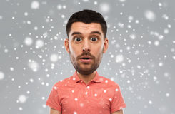Έκπληκτο άτομο στην μπλούζα πόλο πέρα από το υπόβαθρο χιονιού Στοκ Εικόνες