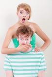Έκπληκτο ευρύ eyed κορίτσι ζευγών που καλύπτει το στόμα το άτομό της Στοκ φωτογραφία με δικαίωμα ελεύθερης χρήσης