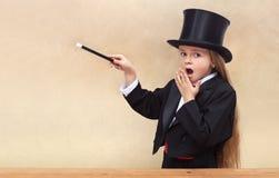 Έκπληκτο κορίτσι μάγων με τη μαγική ράβδο Στοκ εικόνες με δικαίωμα ελεύθερης χρήσης
