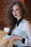Έκπληκτο κορίτσι με τον καφέ Στοκ φωτογραφία με δικαίωμα ελεύθερης χρήσης