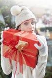 Έκπληκτο κορίτσι, που κρατά σφιχτά, το δώρο της Στοκ Εικόνα