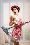 Έκπληκτο κορίτσι sexi pinup που κρατά την ηλεκτρική σκούπα Στοκ Εικόνα