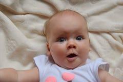 Έκπληκτο μωρό με τη μεγάλη φωτογραφία ματιών Όμορφη εικόνα, υπόβαθρο Στοκ Εικόνα