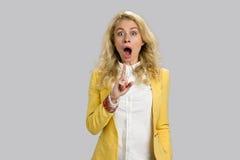 Έκπληκτο νέο αυξημένο γυναίκα δάχτυλο επάνω στοκ εικόνες με δικαίωμα ελεύθερης χρήσης