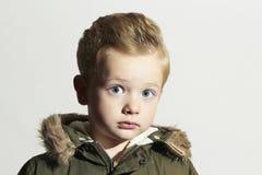 Έκπληκτο παιδί στο χειμερινό παλτό κατσίκι μόδας Παιδιά χακί ζακέτα αγόρι λίγα στοκ εικόνες