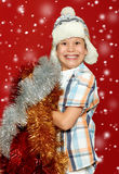 Έκπληκτο πορτρέτο παιδιών αγοριών στο καπέλο santa στο κόκκινο, που έχει τη διασκέδαση και τις συγκινήσεις, έννοια χειμερινών δια Στοκ φωτογραφία με δικαίωμα ελεύθερης χρήσης