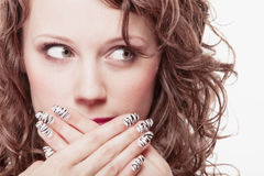 Έκπληκτο πρόσωπο γυναικών, κορίτσι που καλύπτει το στόμα της πέρα από το λευκό στοκ φωτογραφία