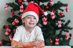 Έκπληκτο δώρο ανοίγματος παιδιών στοκ εικόνες