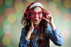 Έκπληκτο hipster κορίτσι στα έξοχα γυαλιά αστεριών μεγέθους Στοκ Εικόνες
