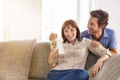 Έκπληξη για σας η αγάπη μου Δώρο, καναπές, σπίτι, φίλη, ζεύγος στοκ εικόνες