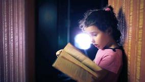 Έκπληξη μωρών έφηβη που διαβάζει ένα βιβλίο ενώ φιλμ μικρού μήκους