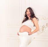 Έκπληξη φορεμάτων μητρότητας στοκ εικόνα με δικαίωμα ελεύθερης χρήσης