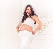 Έκπληξη φορεμάτων μητρότητας στοκ εικόνες